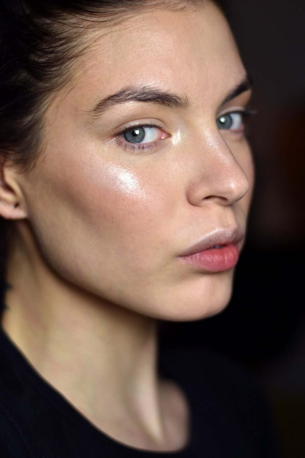 Tutorial hyperrealistic glowy skin step 5 instant illuminizer in shimmering dusk dab on the high points of the face and inner corner of the eyes baditri Choice Image
